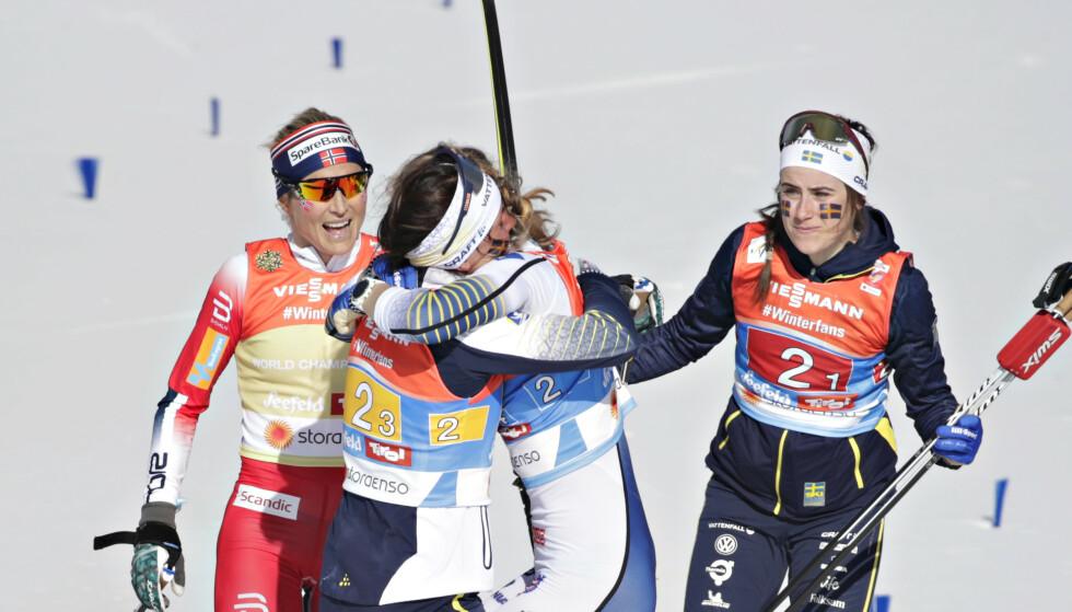 GRATULERTE: Charlotte Kalla kaster seg rundt Stina Nilsson. Therese Johaug gjør seg klar til å gratulere. Foto: Bjørn Langsem