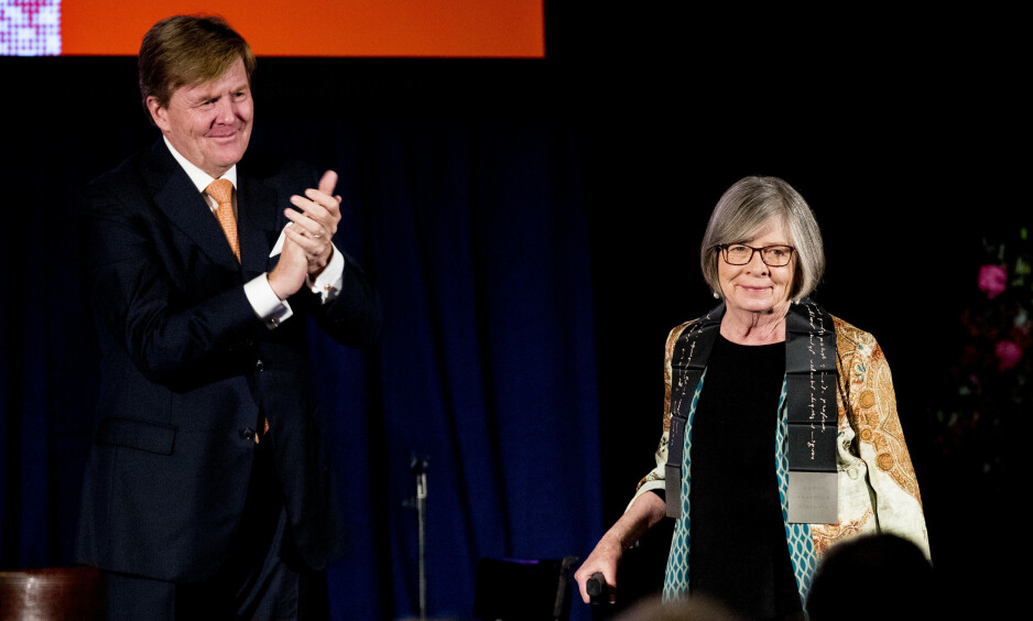 NEDERLAND: I 2018 mottok den amerikasnke forfatter og journalist Barbara Ehrenreich Erasmus prisen for sitt arbeid. Prisen ble utdelt av den Nederlandske kongen, Willem-Alexander. Foto: Robin Utrecht / NTB Scanpix