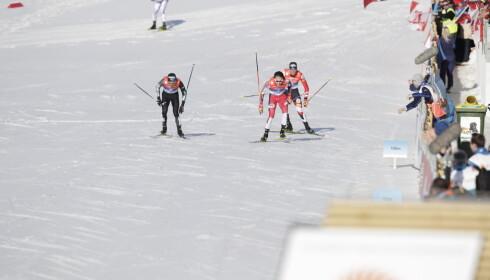 TRE I TET: Bernhard Bruber. Jarl Magnus Riiber og Franz-Josef Rehrl kjempet om de tre øverste plassene. Til slutt endte det altså med norsk gull i Seefeld. Foto: Bjørn Langsem
