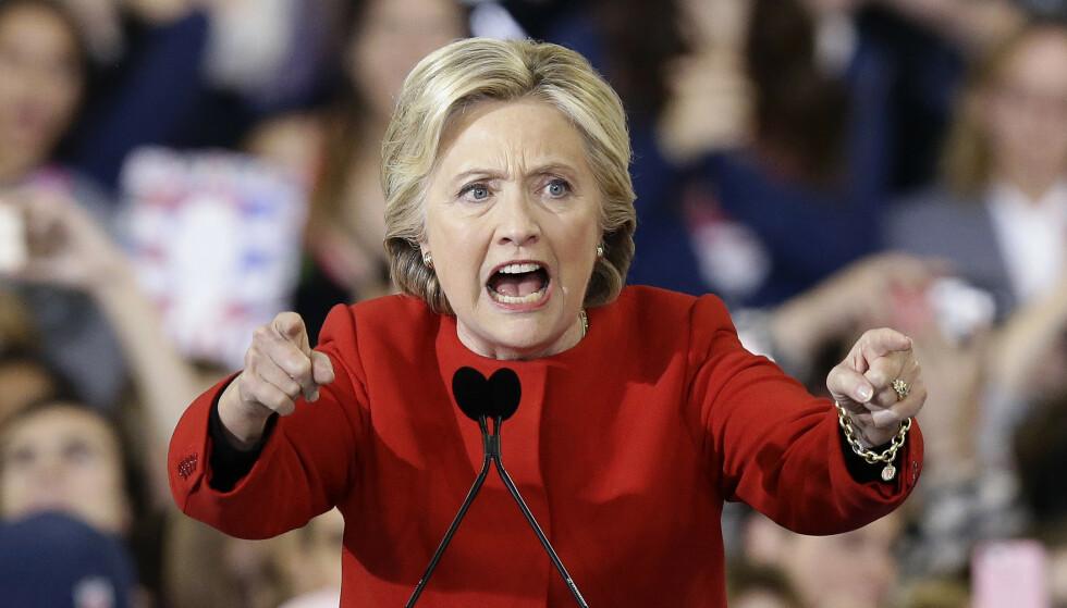 PASSER IKKE PÅ 8. MARS: Clinton var som utenriksminister en pådriver for amerikansk krigføring. Krig er det motsatte av feminisme og konsekvensene kan være livsvarige for kvinner, skriver innsenderen. Her holder Hillary Rodham Clinton en avsluttende innsats på valgdagen 8. november i 2016. Foto: Gerry Broome / AP / NTB Scanpix