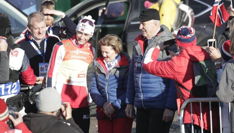 KONGELIG FEIRING: Jarl Magnus Riiber møtte kongen og dronningen for å feire etter løpet. Foto: Bjørn Langsem