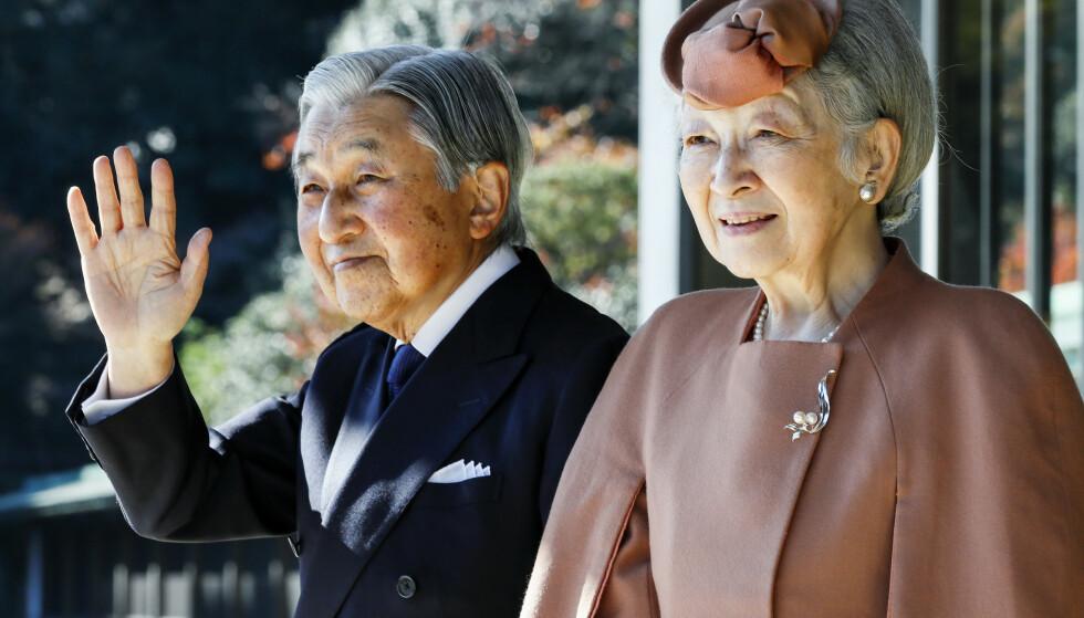GÅR AV: Ingen Japansk keiser har abdisert på over to hundre år. Nå skjer det, 30. april. Her er keiser Akihito og kona, keiserinne Michiko, avbildet i Tokyo i 2017. Foto: NTB Scanpix