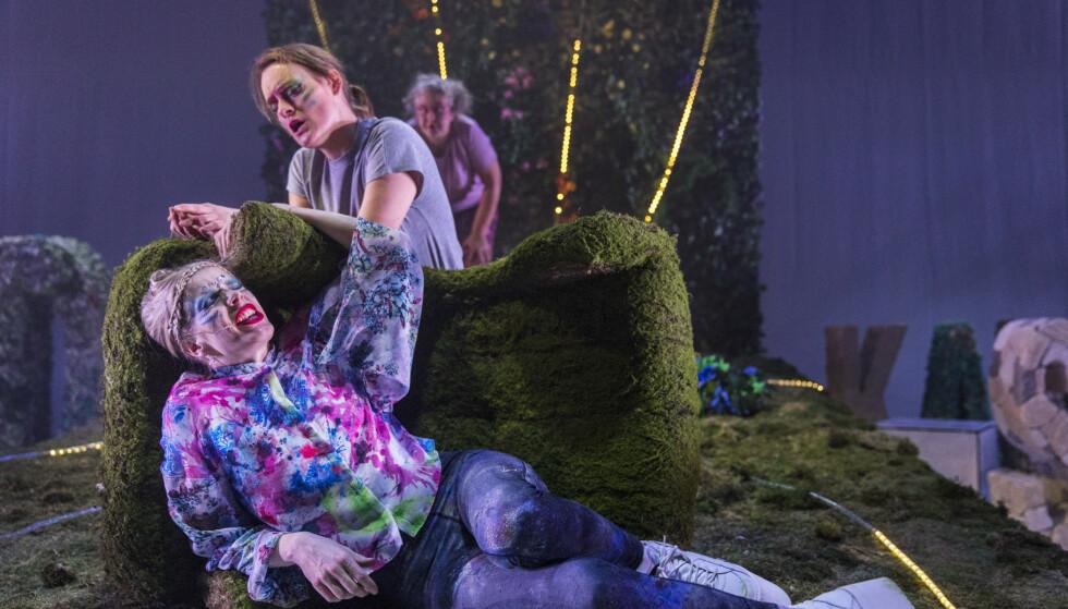 OPERASJON RAVATN: To av Agnes Ravatns sakprosabøker er blitt teater i vinter. Her fra «Verda er ein skandale», Haugesund Teater. Foto: Grethe Nygaard, Haugesund Teater
