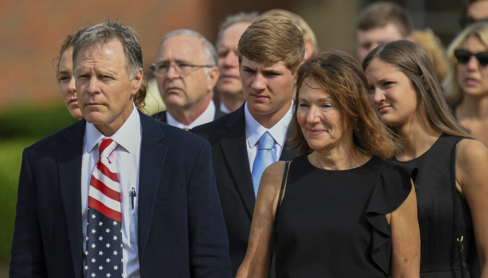 BEGRAVELSEN: Her er Fred og Cindy Warmbier i sønnens begravelse den 22. juni 2017. De er rystet over tilstanden han var i da han kom hjem. Foto: Bryan Woolston / AP / NTB Scanpix