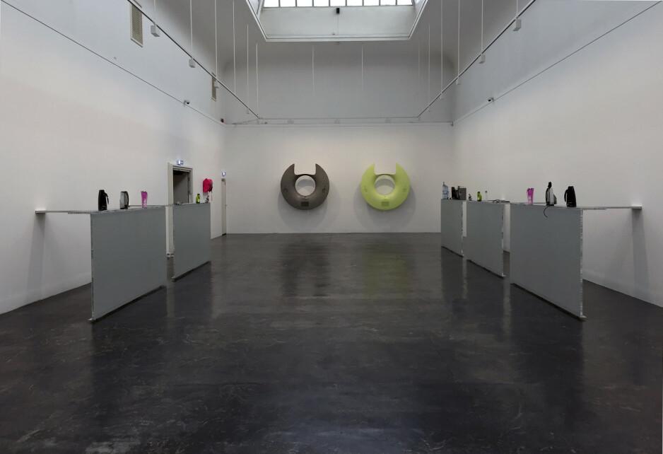 METAFORISK: Yngve Holens utstilling «Heinzerling» på Kunstnernes Hus stiller nøkternt opp eksempler på industridesign, som blir bærere av et metaforisk innhold om kropp, teknologi og objekters framtredelse for oss, fra vannkokere til CT-scannere og bildeler fra BMW. FOTO: ARVE RØD