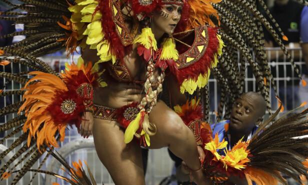 FARGERIKT: En danser fra sambaskolen Academicos do Tucuruvi i Sao Paulo i Brasil opptrer under paraden i millionbyen. Foto: Andre Penner / NTBscanpix.