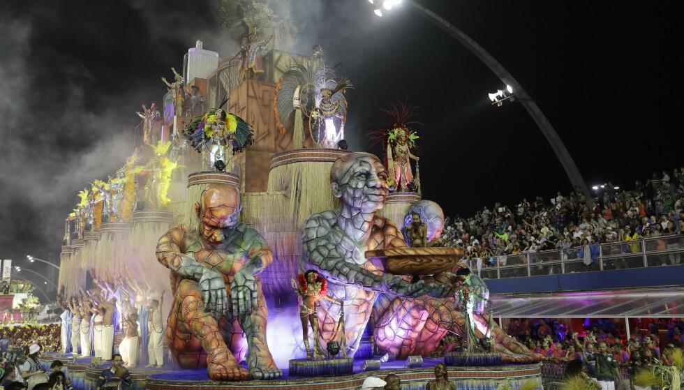 FLÅTE: Dansere fra sambaskonen Academicos do Tucuruvi opptrer på en av mange flåter under karnevalsparaden i Sao Paulo i Brasil. Foto: Andre Penner / NTBscanpix.