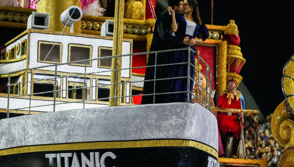 KJENT SCENE: De feststemte karnevalsdeltagerne fra sambaskolen Casa Verde valgte den berømte scenen fra filmen «Titanic» til sin flåte i Sao Paulo. Foto: Miguel Schincariol / NTBscanpix.