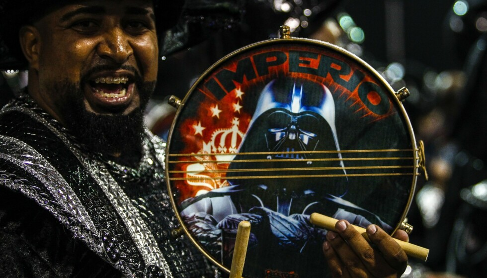 SAMBA WARS: Kraften var sterk hos denne deltageren som valgte Darth Vader og den mørke siden som tema for karnevalet. Foto: Miguel Schincariol / NTBscanpix.