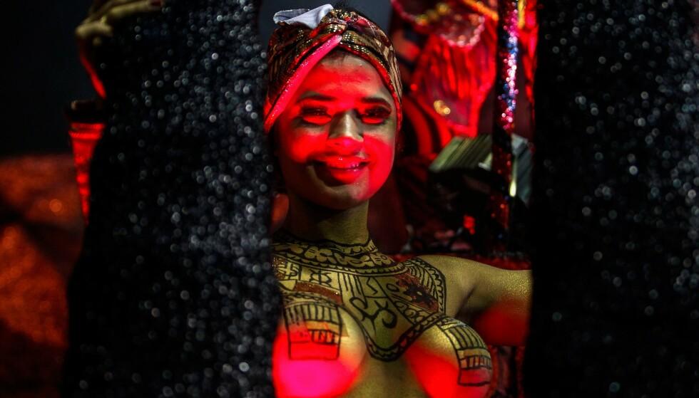 KARNEVAL: Latter, dans og glede under den første karnevalsnatten i den brasilianske byen Sao Paulo. Foto: Miguel Schincariol / NTBscanpix.