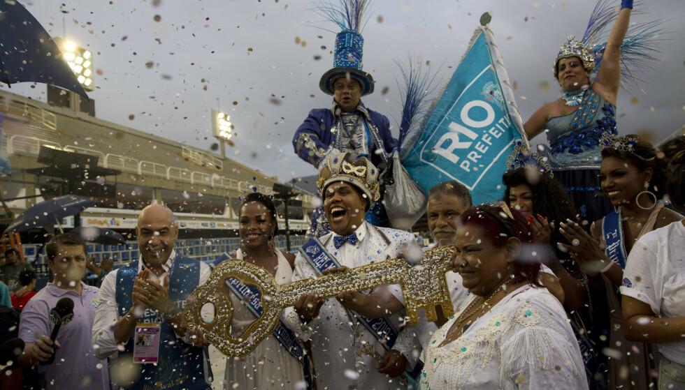 KONGEN: Karnevalskongen Momo Wilson Neto holder fram nøkkelen til Rio de Janeiro i Brasil og markerer starten på årets festivitas. Foto: Silvia Izquierdo / NTBscanpix.