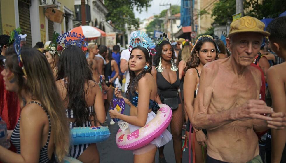 GATEFEST: Karnevalsdeltagere gjør seg klare til fest i Rio de Janeiro. Foto: Carl De Souza / NTBscanpix.