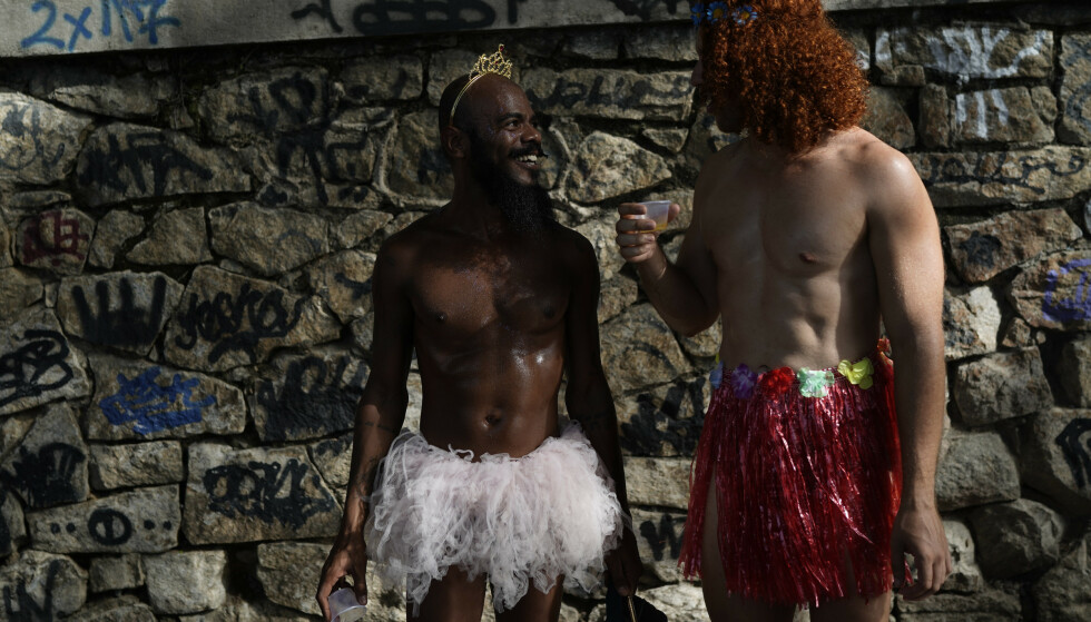 VARIASJON: I Rio de Janeiros mange gatefester er det stor variasjon i kostymer. Foto: Leo Correa / NTBscanpix.