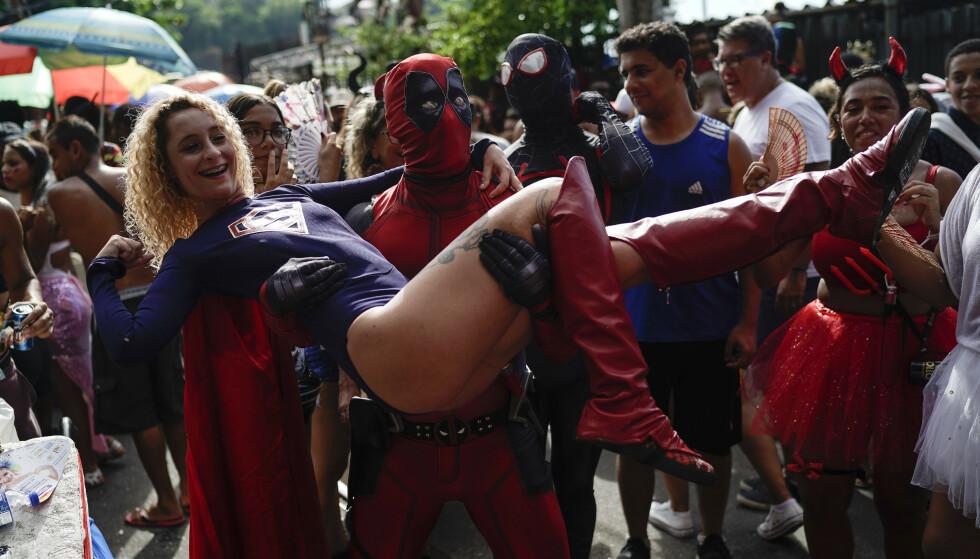 SUPERHELTER: Temaet varierer fra gate til gate i Rio de Janeiro. Foto: Foto: Leo Correa / NTBscanpix..