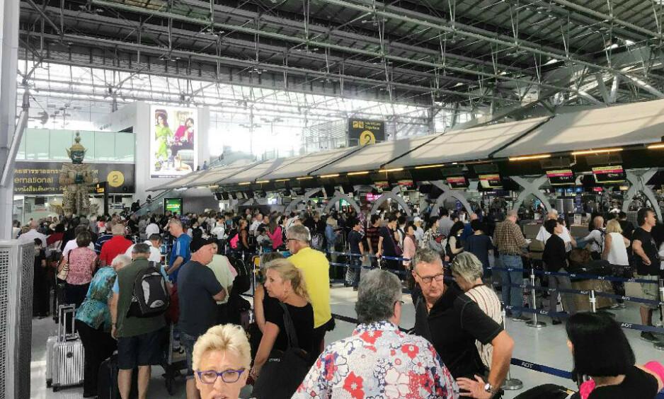 FRUSTRERTE: Også i dag har innsjekkingshallen på Suvarnabhumi-flyplassen i Bangkok vært preget av frustrerte passasjerer som skal til Europa. Ifølge Jimmy Hansen er de reisende på bildet fra Norge, Sverige, Tyskland og Storbritannia. Foto: Jimmy Hansen