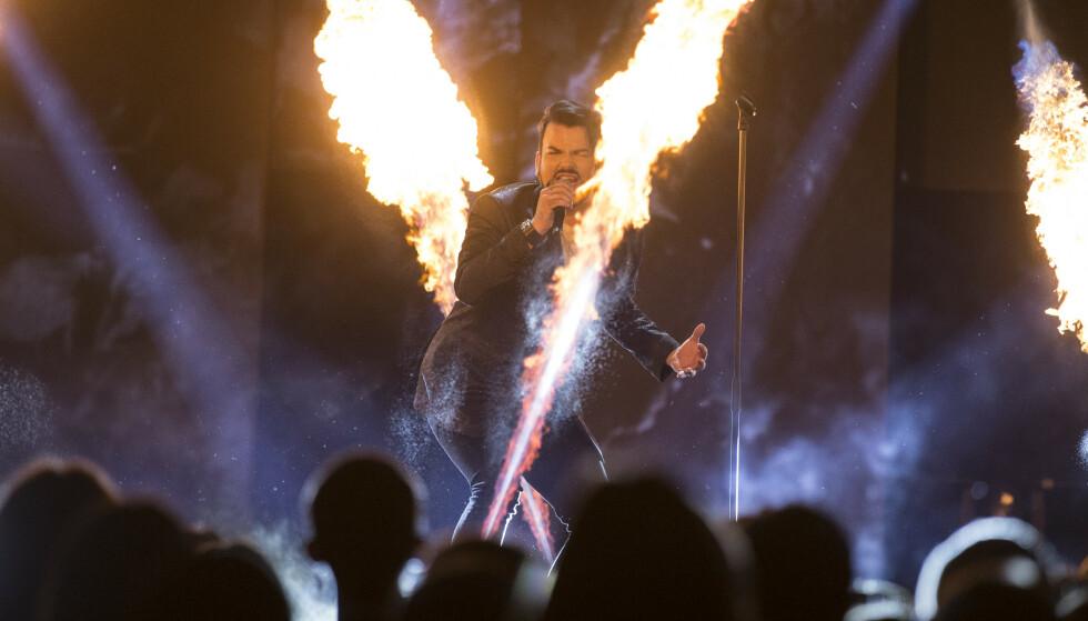 MED PYRO: Erlend Bratland måtte framføre bidraget «Sing for You» to ganger lørdag kveld. Foto: Trond Reidar Teigen / NTB scanpix