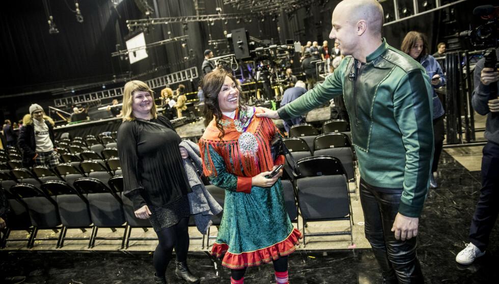 GRATULERER: Fred Buljo hilser på en kollega fra den samiske barnehagen. Foto: Christian Roth Christensen / Dagbladet