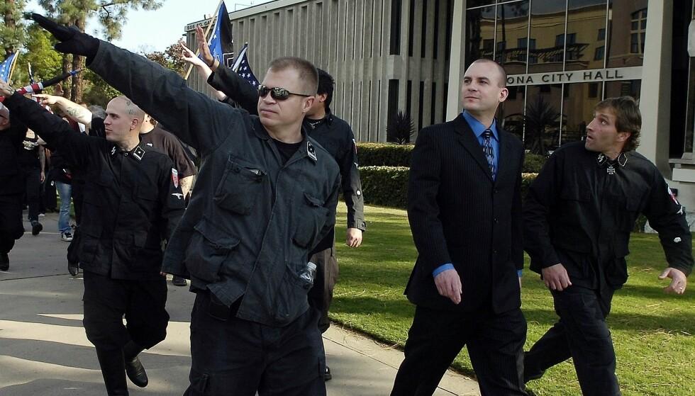 NSM: NSMs tidligere leder Jeff Schoep (i dress) vil ikke svare på hvordan den svarte aktivisten James Hart Stern nå ser ut til å ha tatt over ledelsen av den nynazistiske gruppen. Arkivfoto: Thomas R. Cordova / The Orange County Register / AP / NTB scanpix