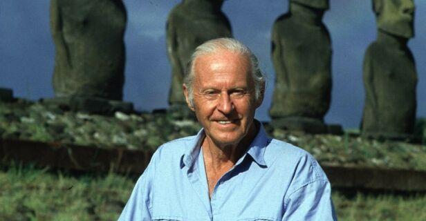 """TILBAKE: Thor Heyerdahl på Påskeøya 23 september 1998. Bak Heyerdahl ser vi de karakteristiske statuene som kun finnes på den øya Heyerdahl """"oppdaget"""" og dens hemmeligheter i forbindelse med Kon-Tiki ferden i 1947. Foto: Knut Snare."""