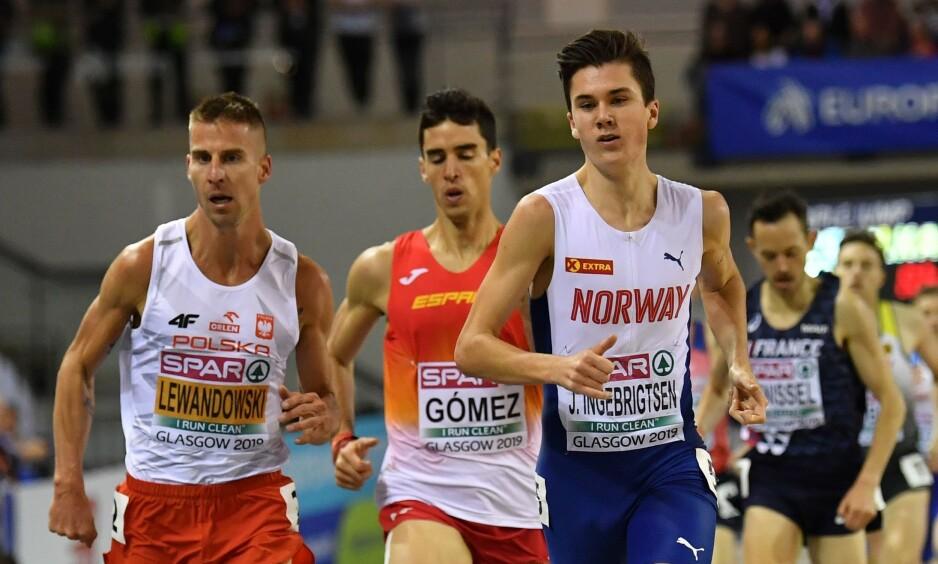 NUMMER TO: Marcin Lewandowski (t.v.) løper i mål før Jakob Ingebrigtsen. Foto: AP/Petr David Josek/NTB Scanpix