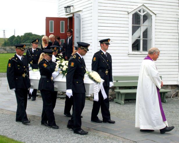 SISTE REIS: Politikollegene bærer Stian Elle ut av Førre kirke - kirken han giftet seg i sju år tidligere. På kransen fra de to stebarna stod det skrevet «Den største gleden du kunne ha, det var å gjøre andre glad».