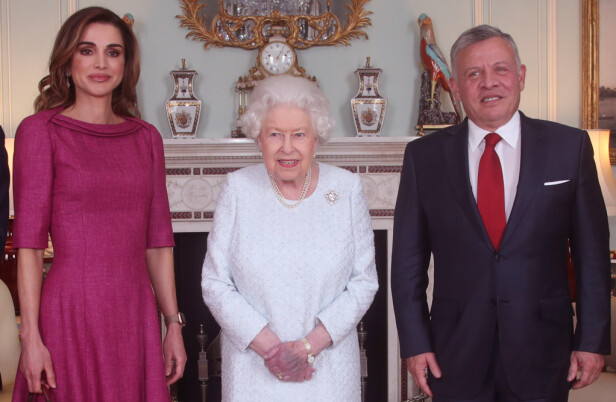 STORFINT BESØK: Da kongen og dronningen av Jordan kom på besøk var dronning Elizabeth naturligvis vert. Likevel er det den venstre hånda til 92-åringen som får best oppmerksomhet. Foto: NTB Scanpix