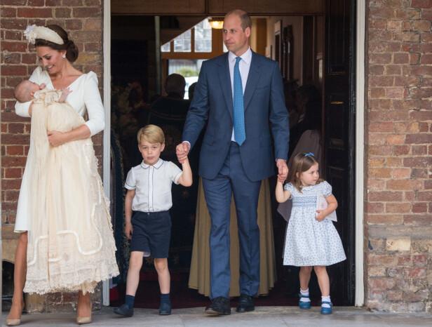 IKKE TIL STEDE: Da prins Louis ble døpt i fjor, var verken dronning Elizabeth eller prins Philip til stede. Foto: NTB Scanpix