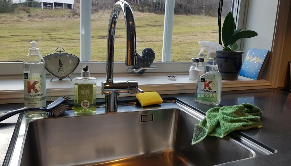 SKINNENDE RENT: Slik fikk oppvasksåpe, kjøkkenspray og kjøkkenklut sin naturlige plass på kjøkkenet hjemme hos Sandra under testingen.