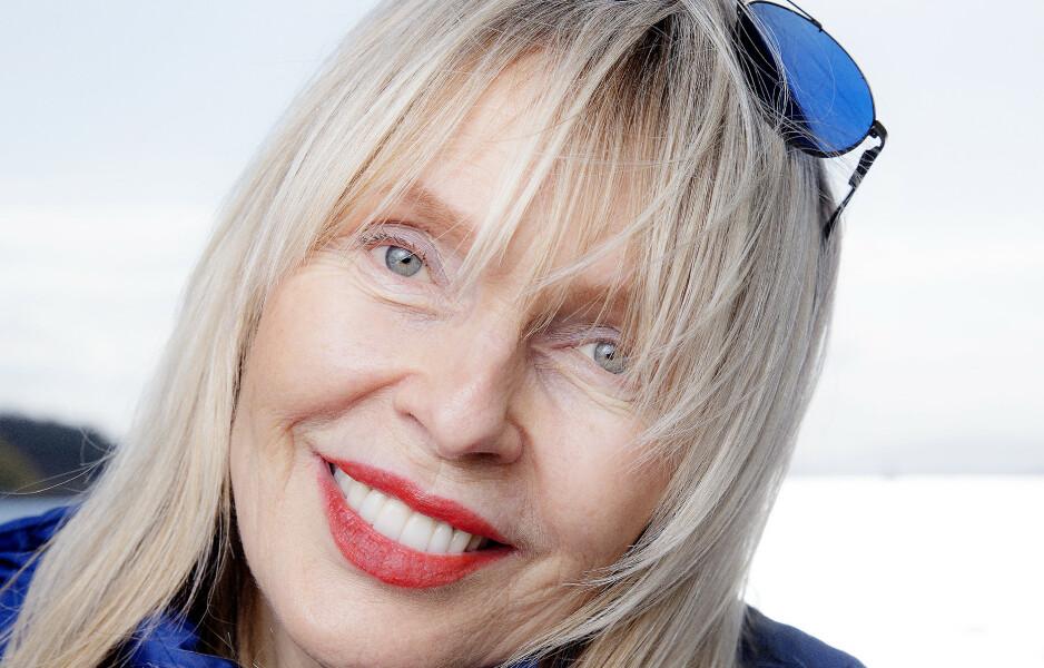 NATURLIG: Lillian Müller (67) er stolt over de grå hårene og rynkene. Hun takker gode gener og sunn livsstil for at hun holder seg godt.
