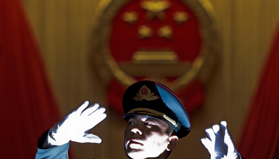 ANDRE TONER: Et militærorkester opptrer i Folkets store sal i Beijing i forbindelse med Folkekongressens årlige sesjon. Foto: AP NTB Scanpix
