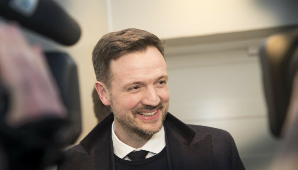 FÅR RÅD: Utviklingsminister Dag Inge Ulstein på vei inn til det første møte i stortingsgruppa etter at KrF gikk inn i regjeringen.  Foto: Terje Bendiksby / NTB scanpix