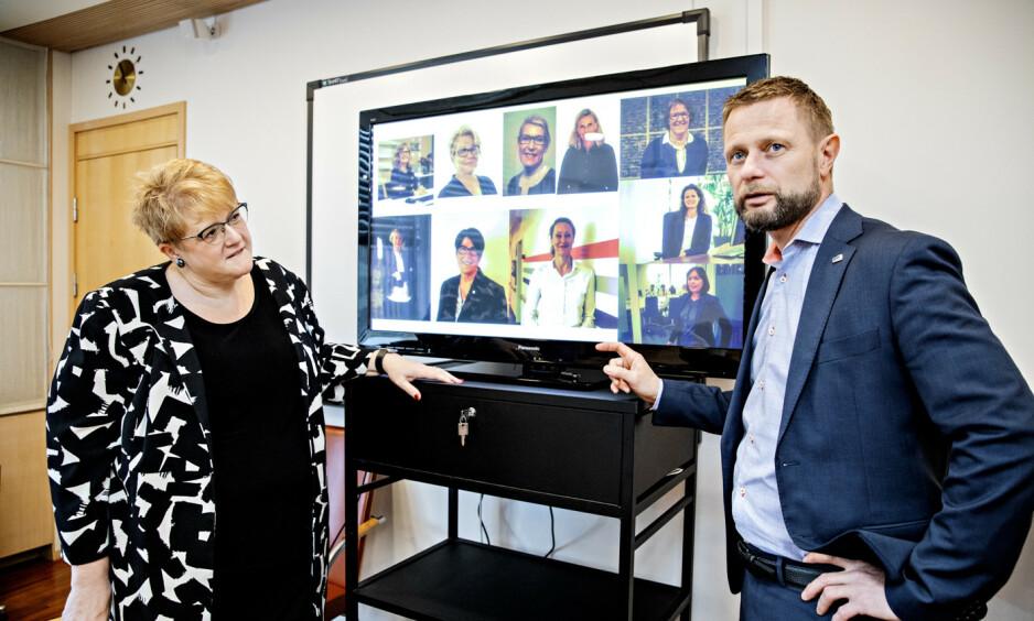 TOPPSJEFENE: Likestillingsminister Trine Skei Grande og helseminister Bent Høie viser fram toppsjefene i helsesektoren. De ni sykehusdirektørene, øverst fra venstre: Anita Schumacher (Universitetssykehuset Nord-Norge), Inger Cathrine Bryne (Helse Stavanger), Hulda Gunnlaugsdóttir (Helgelandsykehuset), Lisbeth Sommervoll (Vestre Viken) og Alice Beathe Andersgaard (Innlandet), nederst fra venstre: Nina Mevold (Sørlandet sykehus), Eva Håheim Pedersen (Finnmarkssykehuset), Hege Gjessing (Sykehuset Østfold) og Grethe Aasved (St. Olavs). Helt til høyre, i midten: Cathrine Lofthus, toppsjef for region Helse Sør-Øst. Foto: Nina Hansen / Dagbladet