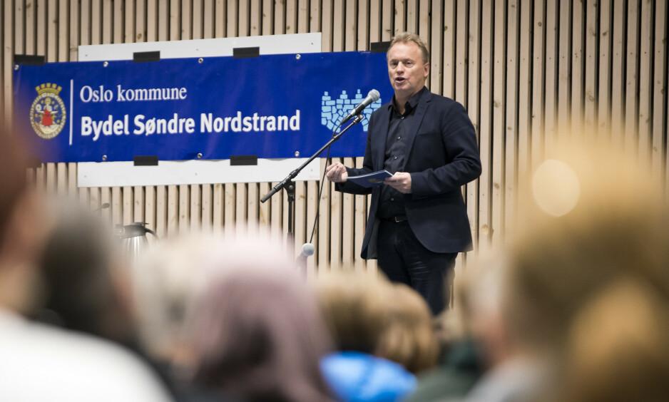 OPPHOPNING: Det borgerlige byrådet, som styrte fra 1997 til 2015, bosatte flyktninger bare etter innbyggertallet i bydelene. Det gjorde at områder i Groruddalen, Søndre Nordstrand og Oslo indre øst fikk en opphopning av nyankomne flyktninger, skriver byrådsleder Raymond Johansen. Her taler han under fjorårets folkemøte på Holmlia, Søndre Nordstrand. Foto: Heiko Junge / NTB scanpix