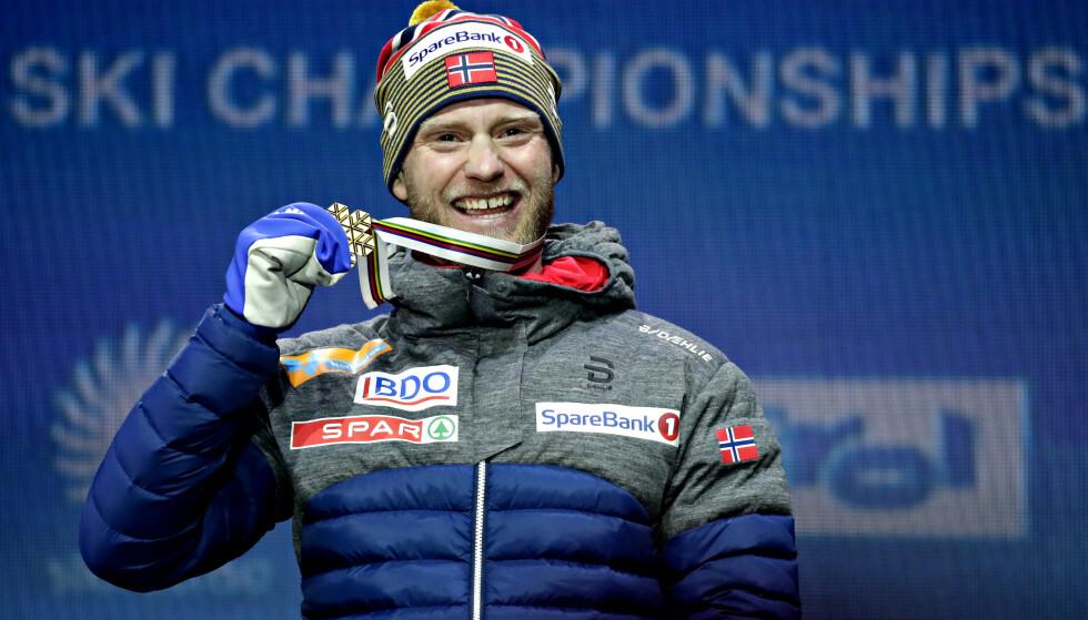 GLAD VERDENSMESTER: Martin Johnsrud Sundby med sitt første individuelle VM-gull sist uke. Da var han god nok til å få jubel fra oss alle. Hvorfor det ikke holder til Holmenkollmedaljen, er umulig å forstå. FOTO: Bjørn Langsem/Dagbladet.