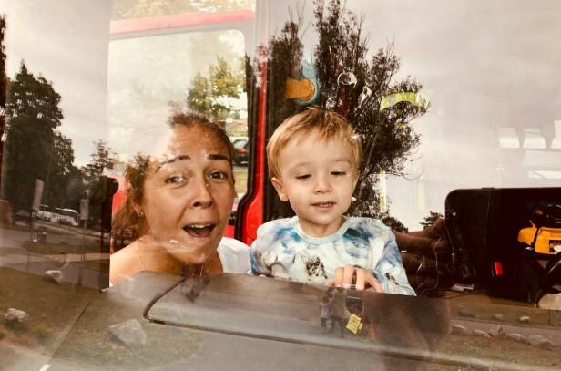 GLEDELIG GJENSYN: Dette bildet er tatt like etter at Mina kom hjem. Her i en brannbil sammen med sønnen. Foto: Privat