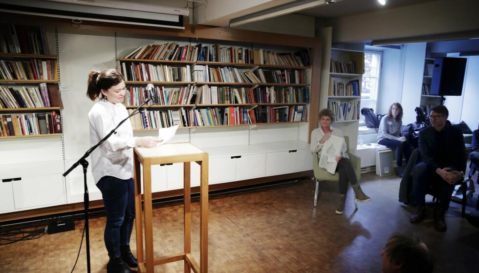 HYLLES: Kulturredaktør i Dagbladet Sigrid Hvidsten holdt tale for Krøger under prisutdelingen på Litteraturhuset i Oslo. Foto: Bjørn Langsem / Dagbladet