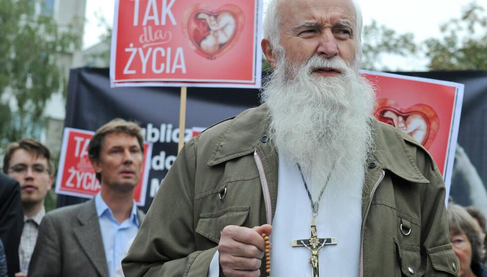 KIRKEN I FRONT: Den katolske kirke og høyrepopulister marsjerer sammen mot kvinners rettigheter. Her går en prest først i en demonstrasjon mot abort i Polen i 2016. Foto: Alik Keplicz / AP / NTB Scanpix