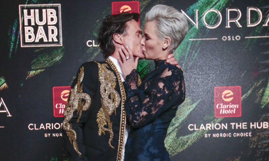KLINTE TIL: Petter Stordalen og Gunhild Stordalen kysser under åpningsfesten for Clarion Hotel The Hub i Oslo. Foto: Håkon Mosvold Larsen / NTB scanpix