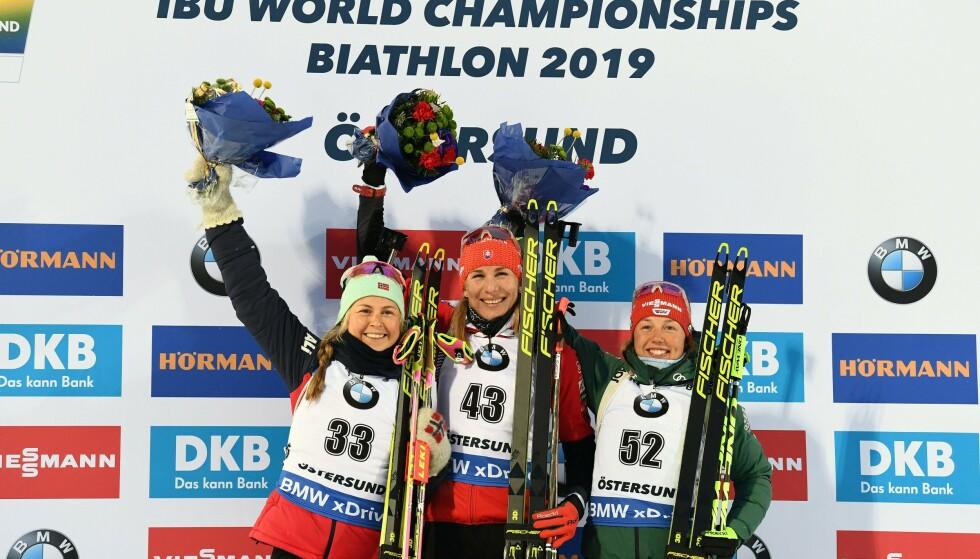 PALLEN: Ingrid Landmark Tandrevold, Anastasiya Kuzmina og Laura Dahlmeier havnet på pallen på VM-sprinten. Foto: Jonathan NACKSTRAND / AFP