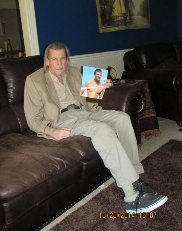 MÅTTE AMPUTERE: Vincent stilte opp til et intervju i 2014, for å fortelle at han hadde amputert foten. Her viser han fram et bilde av seg selv fra ungdommen. Foto: Splash News / NTB scanpix