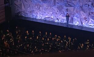 REDEGJØR: Ballettsjef Ingrid Lorentzen inntok scenen og fortalte at del to av kveldens planlagte forestilling ble avlyst. Foto: Kaja Kirsebom / Dagbladet