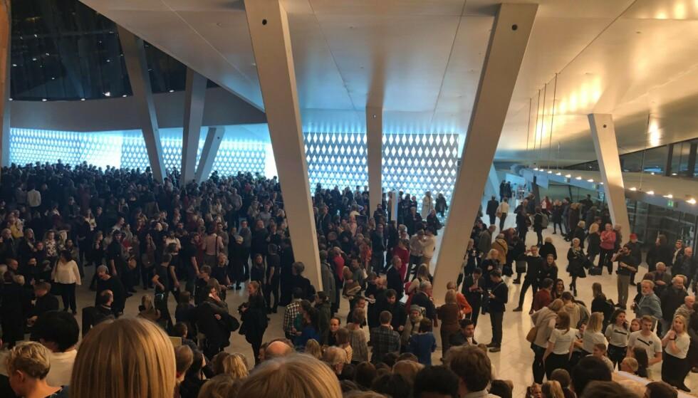 UTENFOR: Alle som var i operaen måtte forlate salen etter første pause, og fikk da ikke sett den planlagte andre delen av forestillingen - «Vårofferet». Foto: Kaja Kirsebom