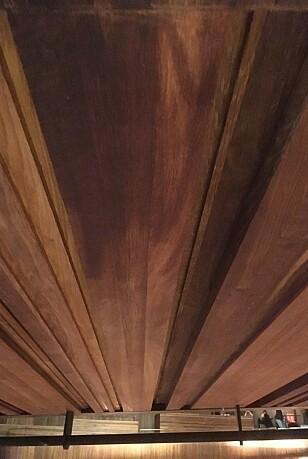 STORE OG TUNGE: Det var en slik planke som falt ned like etter forestillingsstart i Operaen i går. - Den er mellom halvannen og to meter lang, og det er jo litt tyngde på den, sier tipser. Foto: Tipser