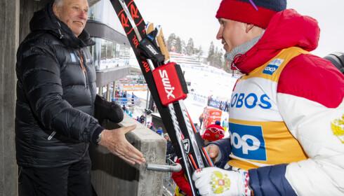 KONGEBESØK: Kong Harald tar i mot vinneren Aleksandr Bolsjunov etter 50 km langrenn fellesstart menn i Holmenkollen. Foto: Håkon Mosvold Larsen / NTB Scanpix