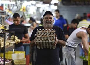 TILBAKE PÅ JOBB: Folk i hovedstaden Caracas er tilbake på jobb i dag, etter at store deler av innbyggerne måtte være hjemme fra kontorer og skoler i går på grunn av strømkutt. Foto: Matias Delacroix / Afp / Scanpix