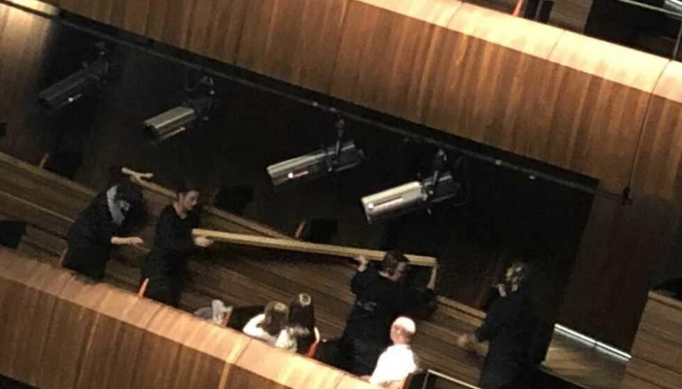 FALT NED: En planke falt ned fra taket like før kveldens forestilling i Operahuset i Oslo. Det kunne ha gått ordentlig galt, ifølge tipser som var tilstede i salen. Foto: Tipser