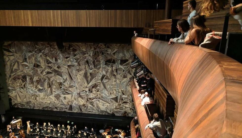FALT NED: En planke falt ned fra taket under gårsdagens forestilling i Operahuset i Oslo. Foto: Sofie Braseth / Dagbladet
