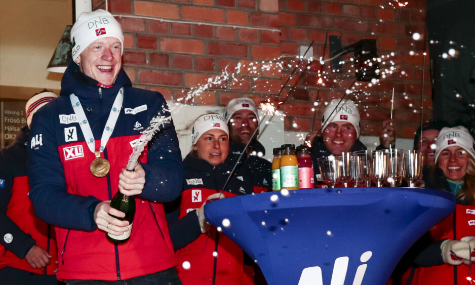 FØRST UT: Gullvinner Johannes Thingnes Bø feirer sprintseieren. Men feiringa ble minimal før dagens jaktstart i VM. Han har lært etter VM for fire år siden. Foto: Lise Åserud / NTB scanpix