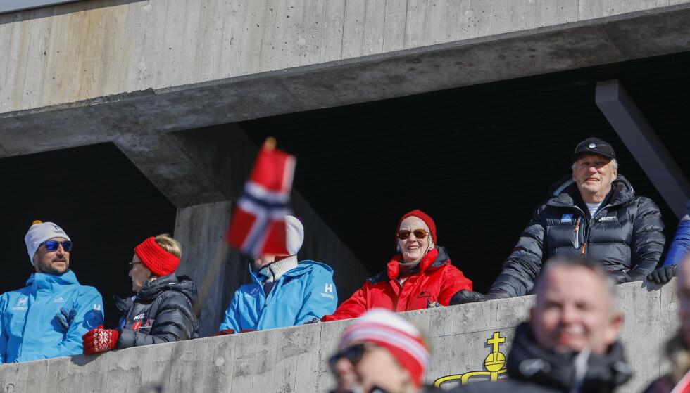 Kronprins Haakon, dronning Sonja, ordfører Marianne Borgen, Danmarks dronning Margrethe og kong Harald var på plass i Holmenkollen. Foto: NTB scanpix