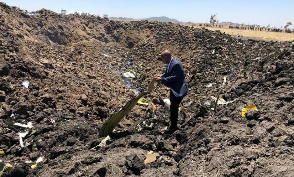 KONDOLERER: Ethiopian Airlines har lagt ut dette bildet som skal være av deres direktør, Tewolde Gebremariam, som er på åstedet der flyet styrtet i morges, lokal tid. Flyselskapet uttrykker sin dypeste sympati og kondolanser overfor familiene til de omkomne i flystyrten. Foto: Ethiopian Airlines
